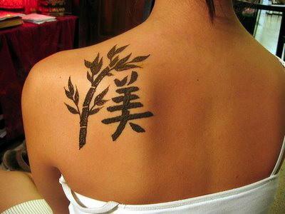 Татуировка йероглиф и бамбук на плешката