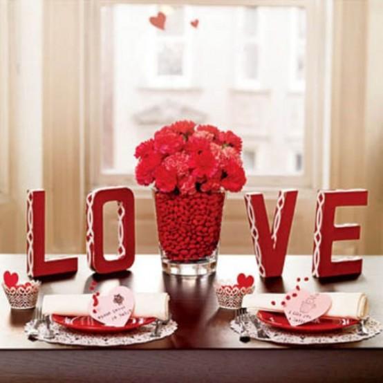 Украса за вечеря на Свети Валентин с цветя и LOVE