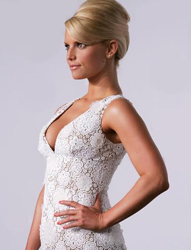 Джесика Симпсън с официален кок и бяла рокля бродерия