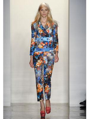 Панталон и сако с оранжеви цветя на син фон Peter Som пролет-лято 2012