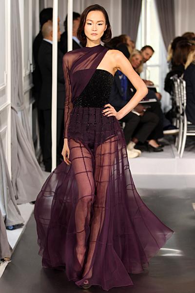 Дълга рокля с черен корсет, покрит с прозрачен увит лилав воал Haute Couture на Dior за Пролет-Лято 2012
