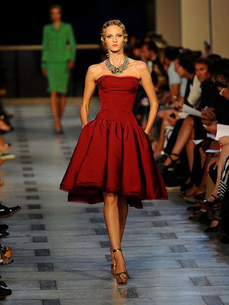 Къса ретро разкроена рокля във винено червено Zac Posen пролет 2012