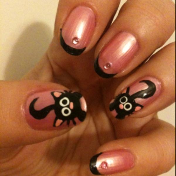 Розов перлен маникюр с черни връхчета и декорация котка