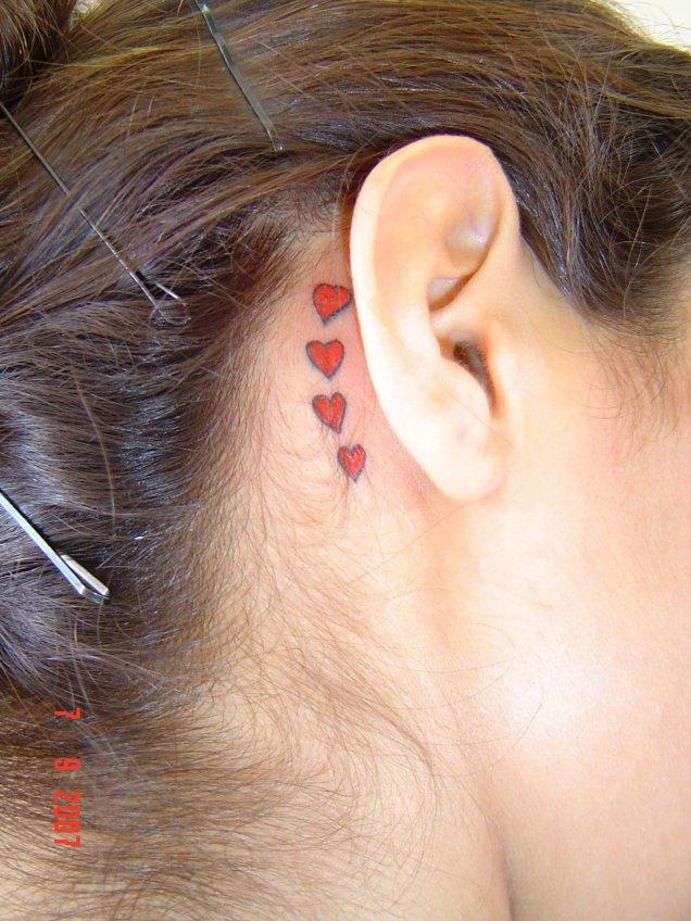Татуировка малки сърца зад ухото