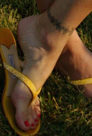 Татуирана гривна около глезена на Стефани Сиймур