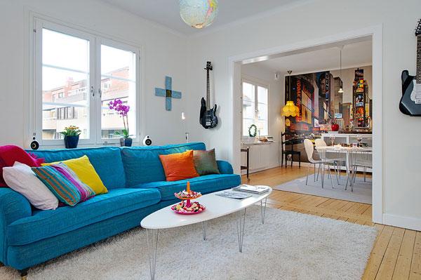 Интериор за малък апартамент с цветен диван