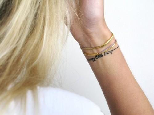 Татуировка гривна на китката