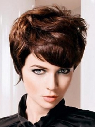 Леко чуплива къса коса в рошава прическа 2011