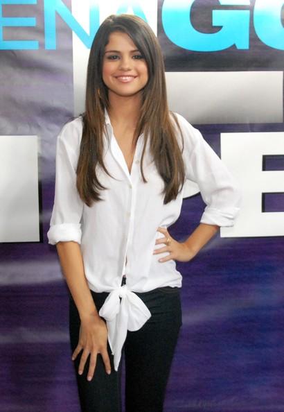 Селена Гомез много дълга етажирана права коса
