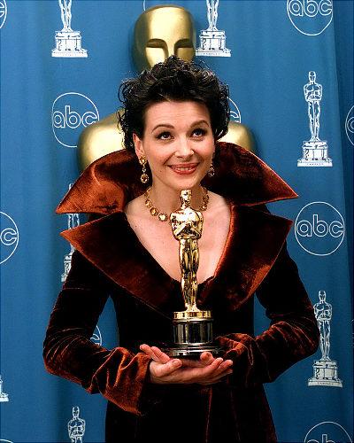 Жулиет Бинош с Оскар за поддържаща жнска роля в Английският пациент, Оскари 1997