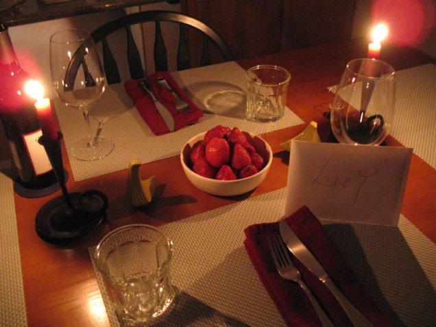 Семпла, но романтина декорация за маса за Свети Валентин