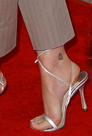 Малка татуировка символ на глезена на Сара Мишел Гелар