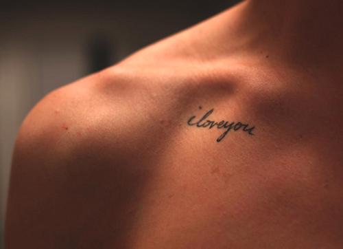 Татуировка I love you на ключицата