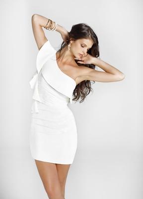 Стилна бяла къса рокля с едно рамо за бал 2012