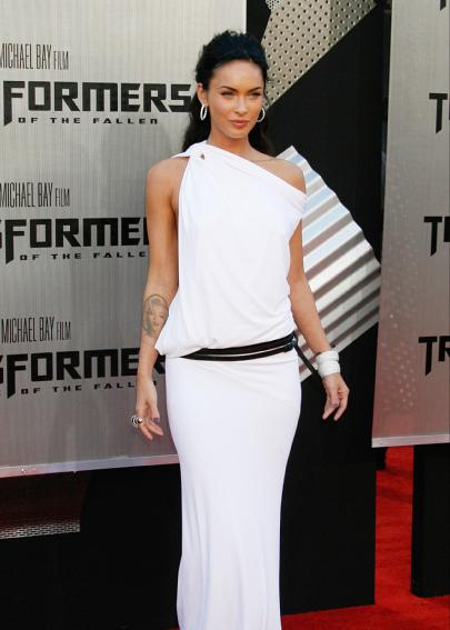 Меган Фокс на червения килим в дълга бяла рокля с колан ниска талия