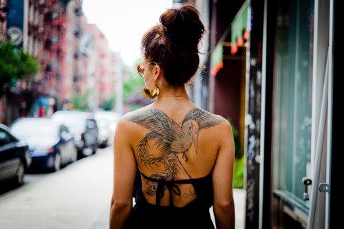 Татуировка на гърба голям пеликан
