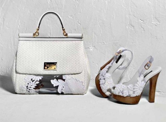 Плетена бяла чанта с кожена дръжка с бродерия и обувки с дървен ток с бяла бродерия