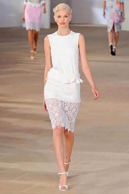 Бяла рокля с дантелена пола Preen пролет 2012