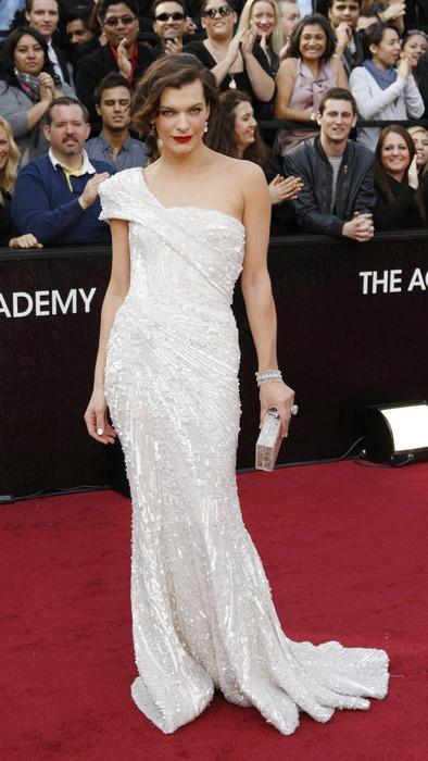 Мила Йовович в рокля с пайети Оскари 2012