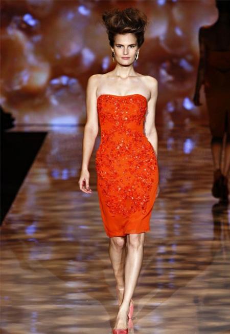 Червена коктейлна рокля без презрамки с блестящи елементи Badgley Mischka пролет 2012