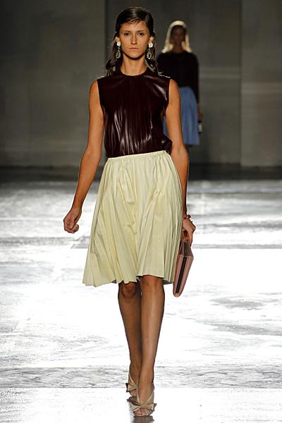 Плисирана пола в цвят шампанско и топ от кожа без ръкави Prada Пролет-Лято 2012