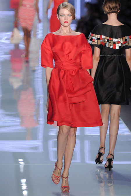 Коктейлна рокля в червено с равно деколте Сhristian Dior пролет 2012