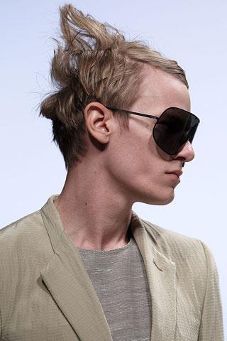 Мъжка прическа с пригладен встрани бретон и разрошена отзад коса