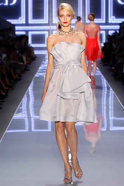 Бледо сива рокля с панделка без презрамки Dior Пролет-Лято 2012
