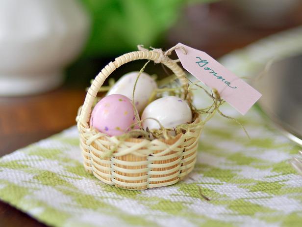 Декоративна мини кошничка с Великденски яйца
