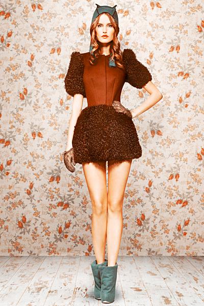 Кафява рокля къса с пухкави ръкави и пола Ulyana Sergeenko есен-зима 2011