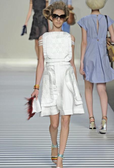 Бяла рокля вталена къса Fendi пролет 2012