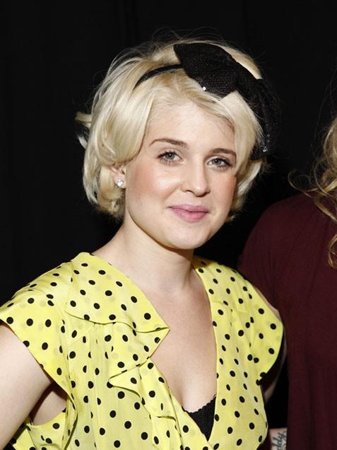 Кели Озбърн с ретро прическа за коса до ушите