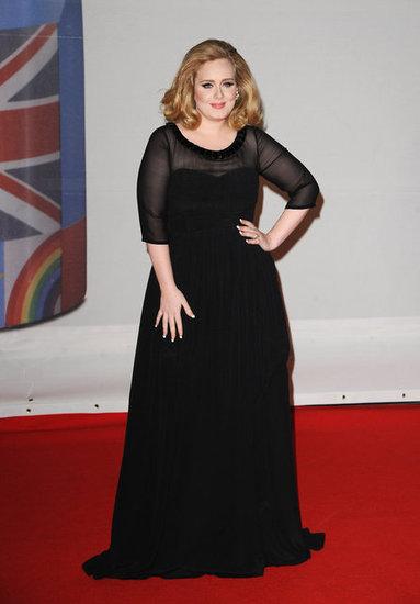 Адел в черна рокля Burberry