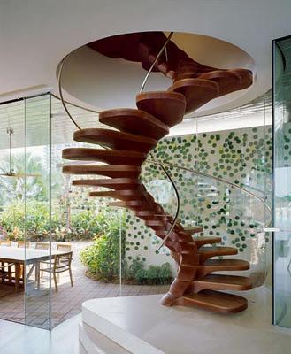 Вита стълба с дървени стъпала