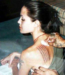 Правене на една от големите татуировки на Анджелина