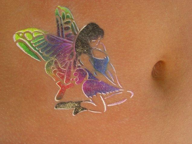 Красива татуировка фея в искрящи цветове