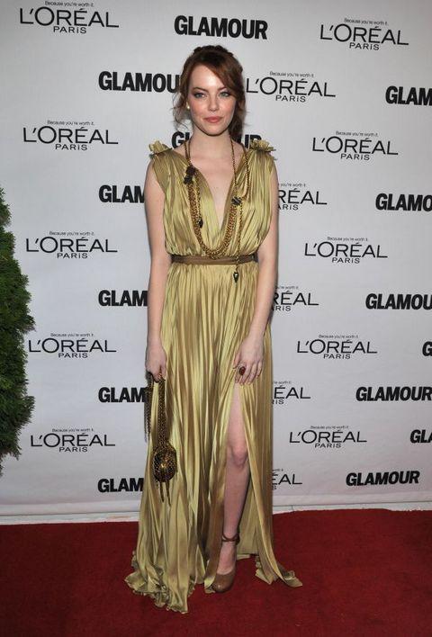 Ема Стоун в златиста дълга рокля тип римска тога