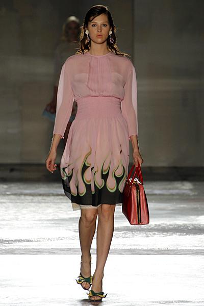 Бледо розова рокля шифон с пламъци  Prada Пролет-Лято 2012
