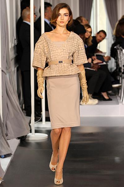 Бежов права рокля с късо сако с колан Haute Couture на Dior за Пролет-Лято 2012