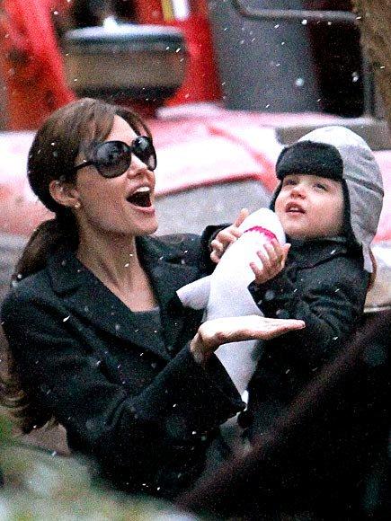 Анджелина Джоли се радва на снежинки заедно с едно от шестте си деца