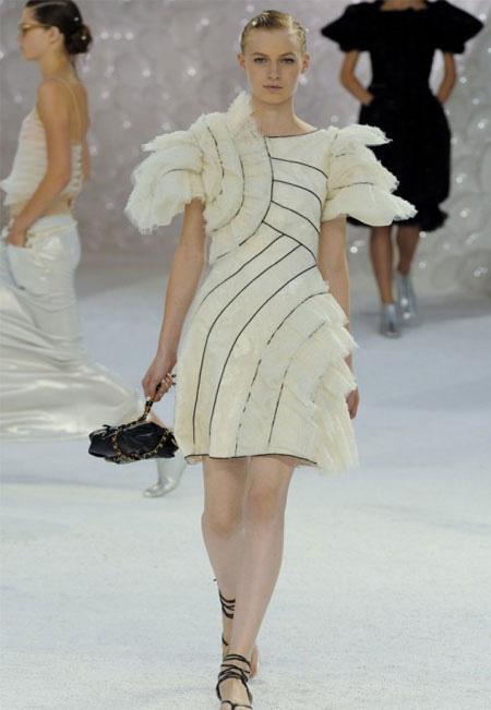 Екстравагантна бяла рокля Chanel пролет 2012