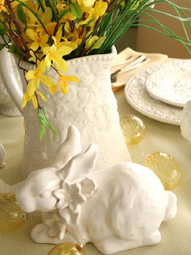 Декорация за маса на Великден с жълти цветя в бяла ваза