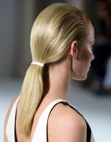 Елегантна прическа загладена назад коса в ниска опашка ревю Ports пролет 2012