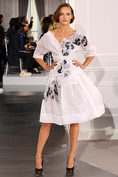 Бяла разкроена рокля с паднали рамене и остро деколте Haute Couture на Dior за Пролет-Лято 2012