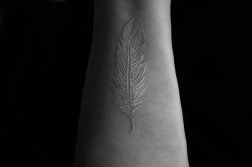 Татуировка бяло перо