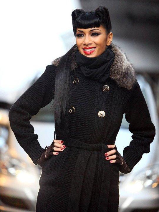 Никол Шерцингер в черно палто в кожена яка