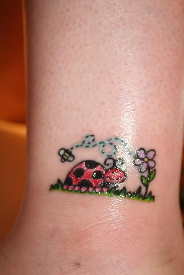 Цветна малка татуировка калинка, пчела и цвете
