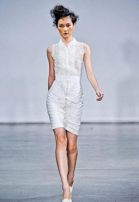 Бяла къса рокля по тялото с плътна дантела  L Wrenn Scott пролет 2012
