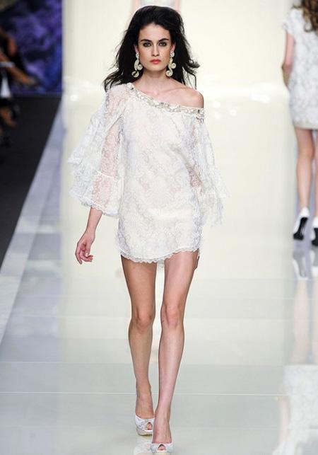 Мини бяла рокля дантела с голо рамо Roccobarocco пролет 2012
