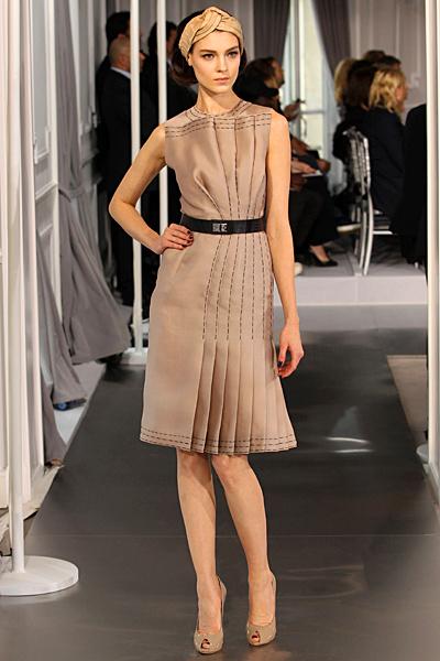 Бежова рокля с плисе с колан Haute Couture на Dior за Пролет-Лято 2012